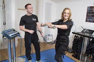 تحریک عضلانی الکترونیکی برای عضله سازی